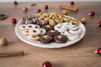 Vánoční nabídka cukroví - išelské cukroví, vanilkové rohlíčky, vánoční ořechy a linécké kolečka