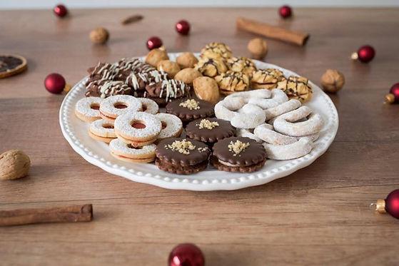 Vánoční cukroví s išelskými dortíčky, vanilkovými rohlíčky, plněnými ořechy a lineckým cukrovím