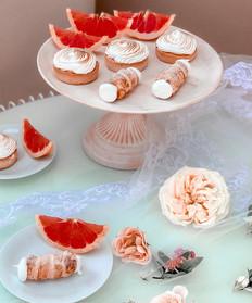 Letní svatební sweetbar s tartaletkami a kremrolemi