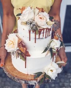 Letní svatební dort s živými květy