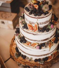 Svatební dort s ovocem -ostružinami, fíky a borůvkami
