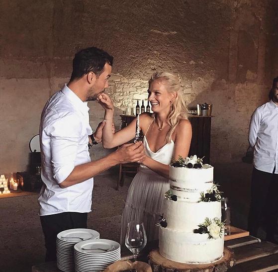Ochutnávání svatebního dortu na svatbě