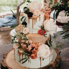 Svatební dort s živými květy a polevou