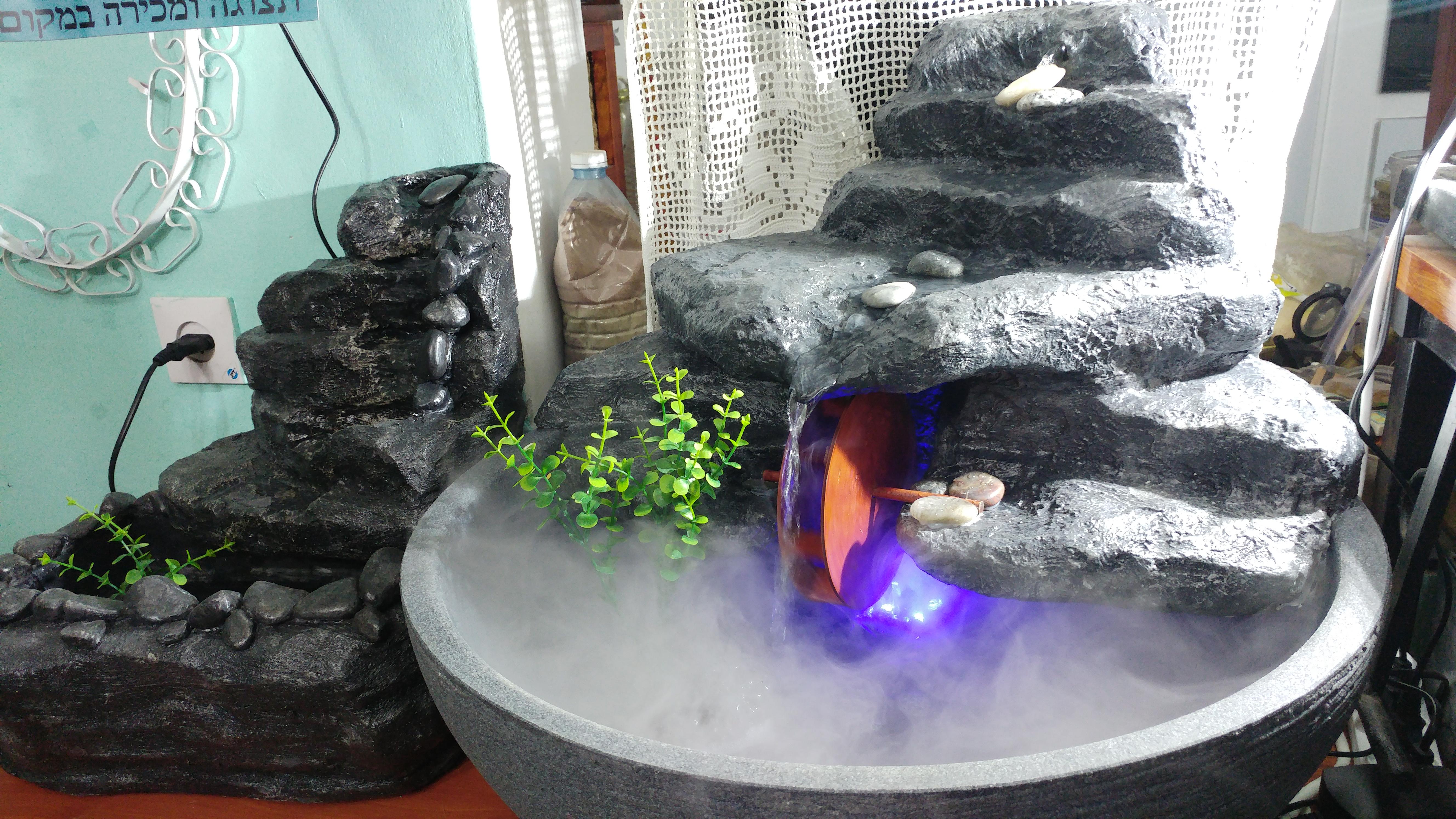 מפל מים ועשן