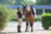 Alexis Kozma, monitrice d'équitation va monter à cheval.
