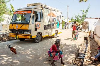 Bus rijdt dorp binnen.jpg