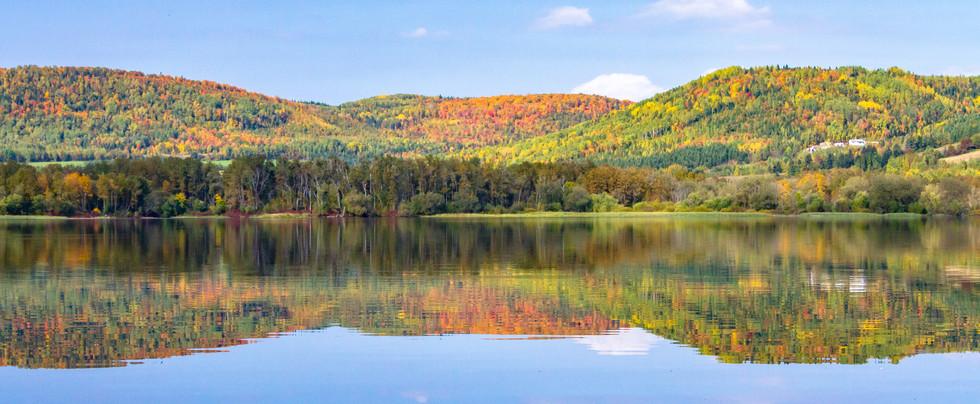 Lac québécois en automne / lake from Quebec in autumn