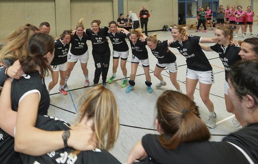 Die FSG-Spielerinnen feiern die direkte Rückkehr in die Bezirksoberliga.