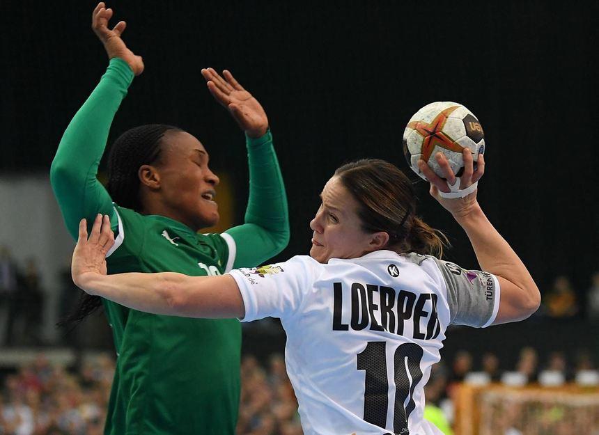 Zugunsten einer ungeteilten Aufmerksamkeit für den WM-Auftakt der deutschen Damen verfügte der Deutsche Handball-Bund ein Spielverbot für die meisten Klassen. Hier zieht die deutsche Kapitänin Anna Loerper an Kameruns Aubiege Njampou vorbei.