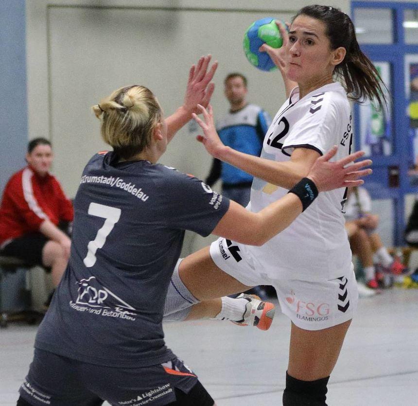 FSG-Spielerin Amina Drekovic (r.) wird von Crumstadts Susanne Jung beim Wurfversuch verteidigt.