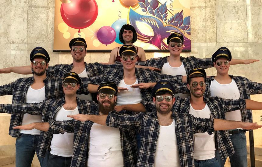 Das TG-Männerballett hat es ins Fernsehen geschafft: die Tänzer bei der Stellprobe im Aufnahmesaal des Hessischen Rundfunks.