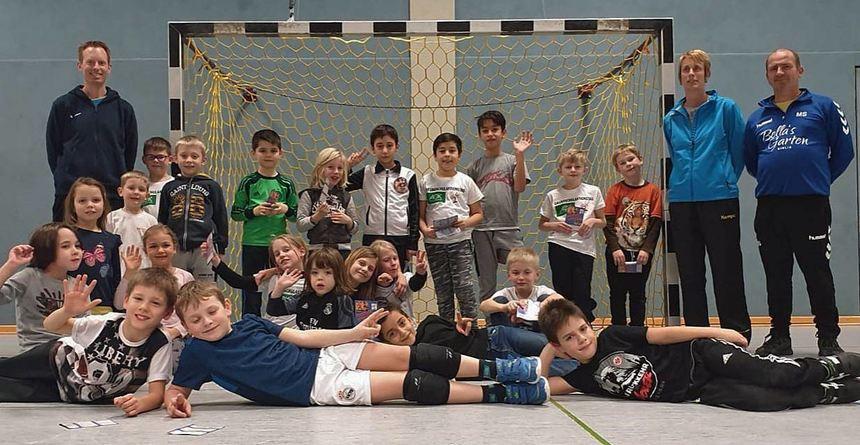 Handball-Jugendkoordinator Sascha Schnöller (l.) sowie die Trainer Nadja Schnöller und Mirko Steger beim Aktionstag für die Bibliser Grundschüler.