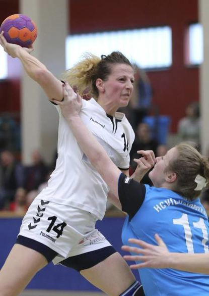 FSG-Spielerin Kerstin Bonifer (l.) gegen Heppenheims Jennifer Dickson.