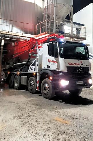 Chargement du camion pompe sous la centrale
