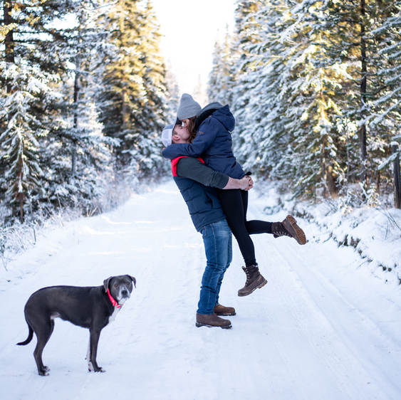 Winter couples photo with pet by Alberta wedding photographer Hearten Potography in 100 mile house, BC