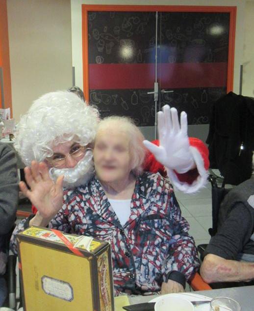 Le Père Noël fait des Selfies avec les résidents !