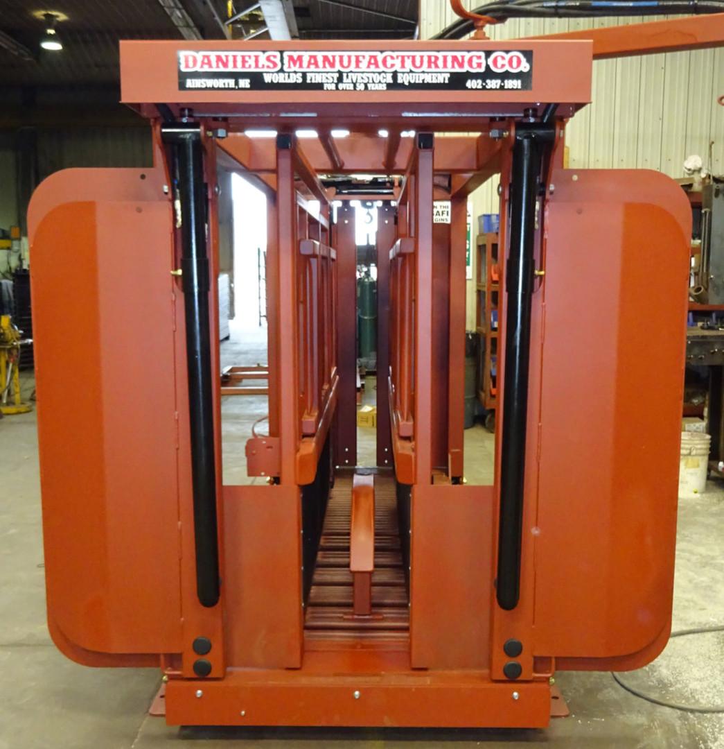 Daniels Manufacturing Hydraulic Squeeze Chute