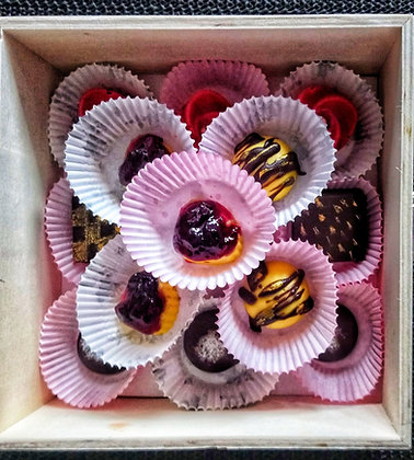 Flavoured Dark and White Assorted Chocolates (6 pcs)