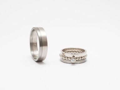 Witgoud, titanium en diamant.