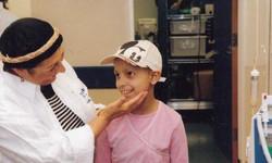 מתנדבת של תכלית עם ילדה חולה