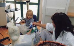 מתנדבת תכלית עם ילדה חולה