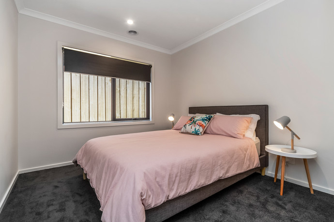 Bedroom 2 with queen size bed and built in robes-2.jpg