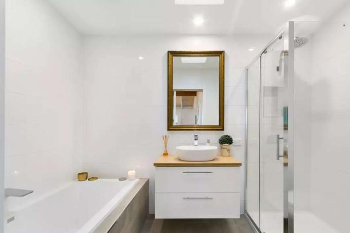 Modern central bathroom with full size bath