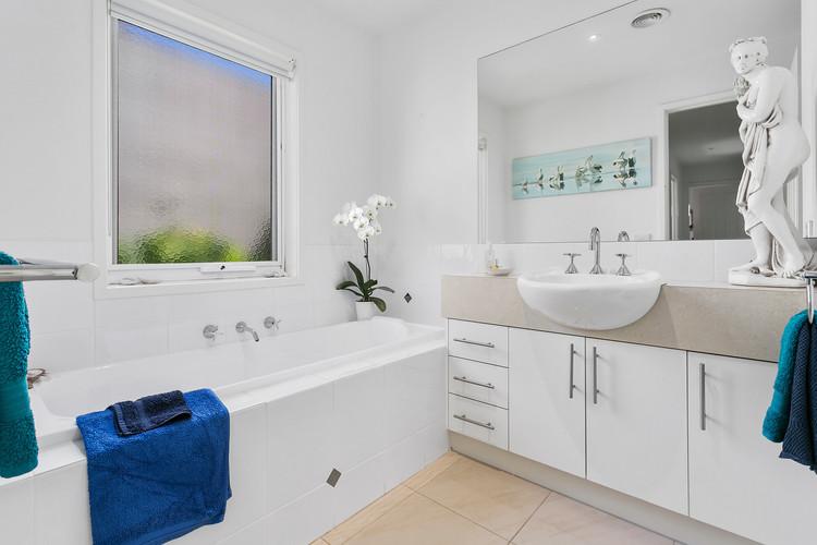 Central bathroom with bathtub