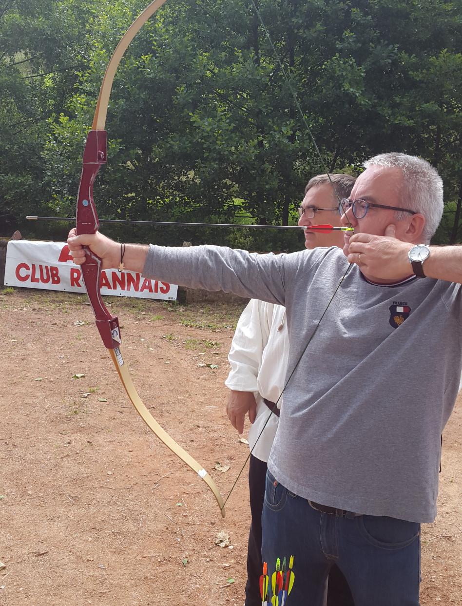 Pierre DEVEDEUX Maire de la commune et membre de l'association Villages et Terres d'Avenir s'est essayé au tir à l'arc