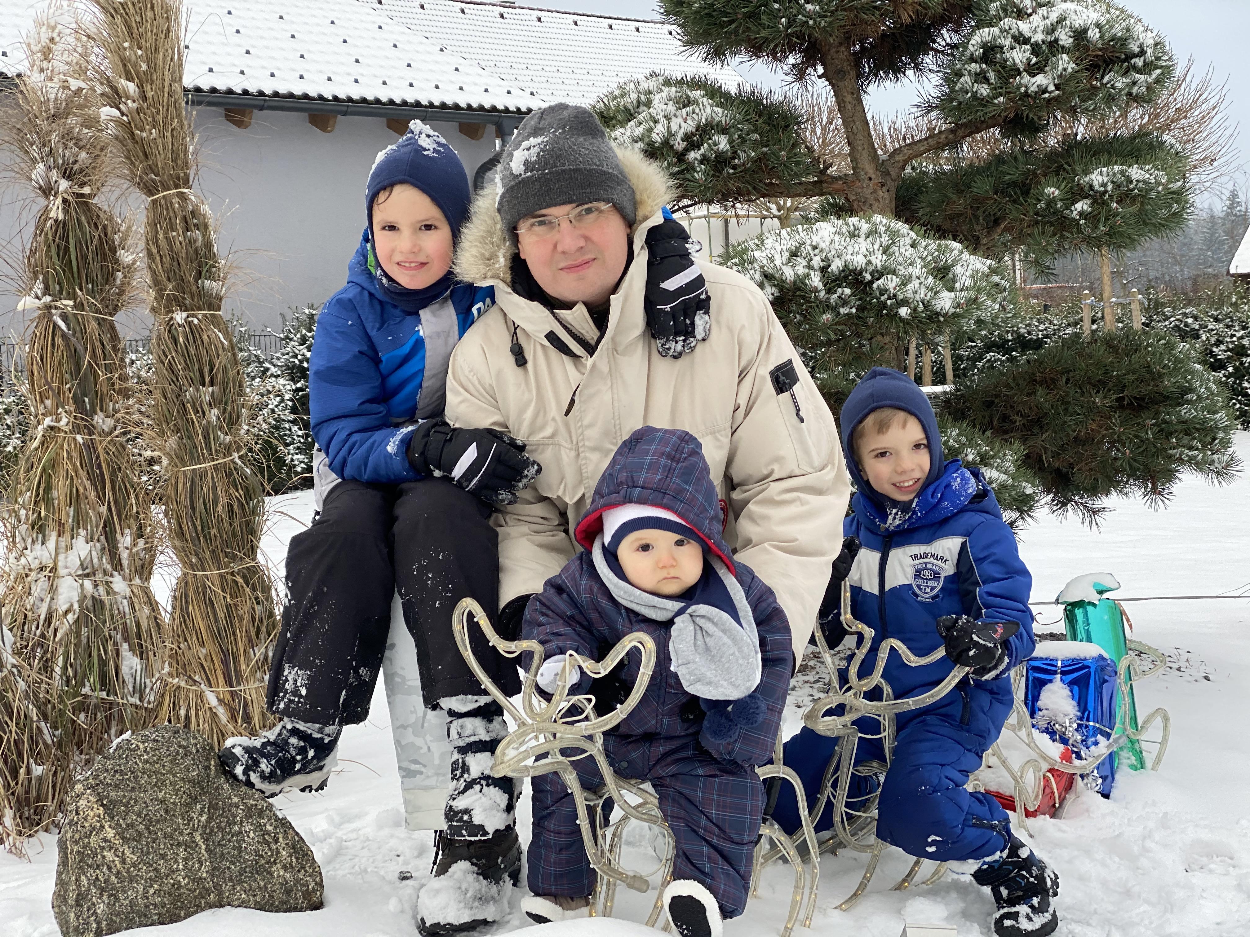 Dr. Groiss und seine 3 Söhne Dezember 2020