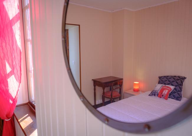 chambre rouge au travers d'un miroir