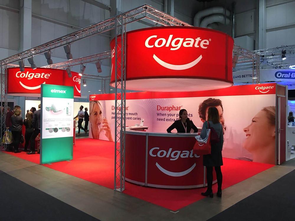 Punainen messumatto korostaa Colgaten brändiä tyylikkäästi