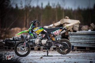 Latelan pojat kisaavat Stunt Freaks Teamin kanssa minicross-pyörillä Tampere Supercrossissa