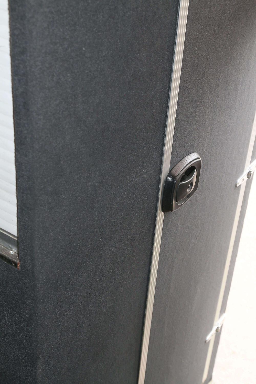 Racing-bussin wc:n ovi ja ulkoseinä on saatu siisteiksi Superflex-autohuovalla