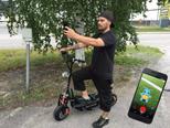 Sähköpotkulaudalla kaivattua lisätehoa Pokémon Go -pelaamiseen