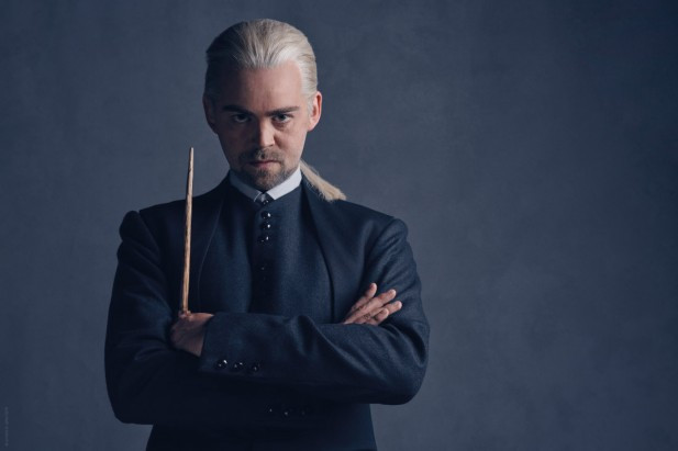 Alex Price na  versão adulta de Draco Malfoy.