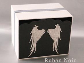 天使の羽の刺繍で