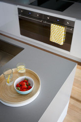 Серый кварцевый камень в интерьере кухни