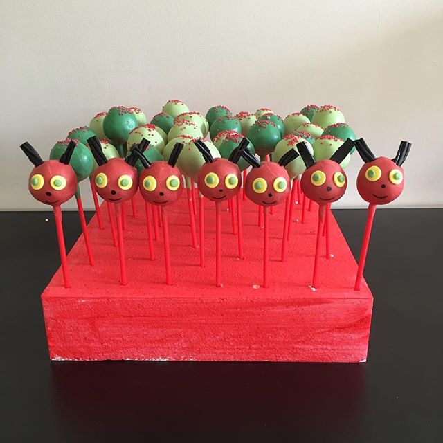 🐛 caterpillar pops 🐛 #hungrycaterpillar #cakepops #caterpillar #chocolate