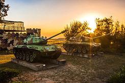 在夕陽餘暉下拍攝三角堡及戰車別有風情.jpg