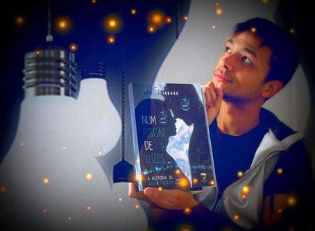 """Resenha do Livro """"Num piscar de luzes"""" por @ogarotonalivraria"""