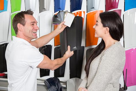 vecteezy_salesman-consulting-a-customer-