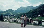 Verliebt vor Alpendorf Hütte
