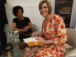 """Elizete com a coautora do livro """"Conflitos após a morte"""", Ana Valéria Silva Gonçalves."""