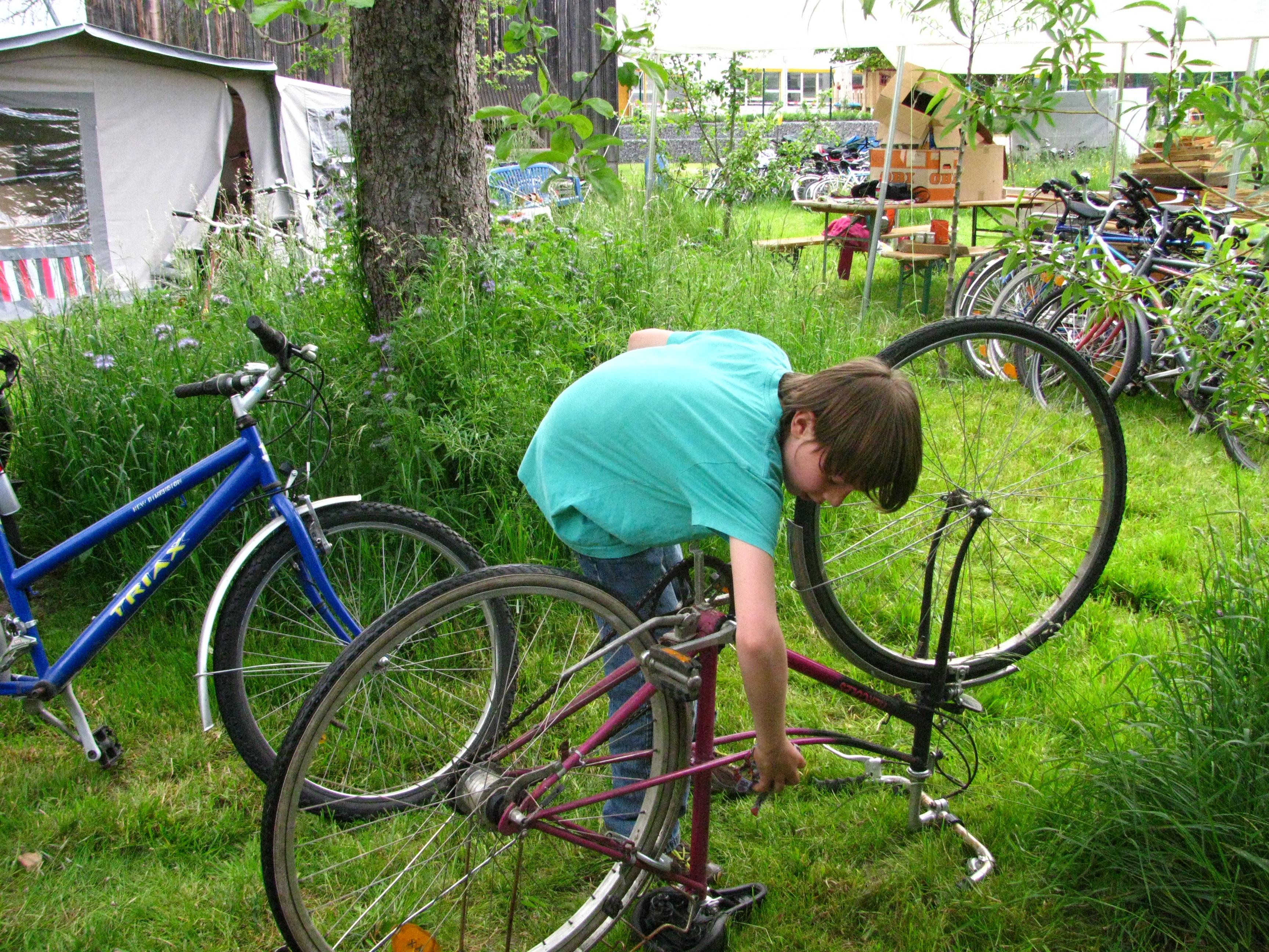 Fahrradreparaturkurs mit Kindern und Jugendlichen