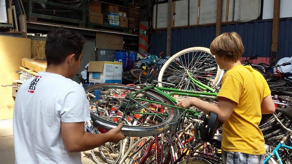 Philip_und_Jonas_beim_Fahrräder_stapeln