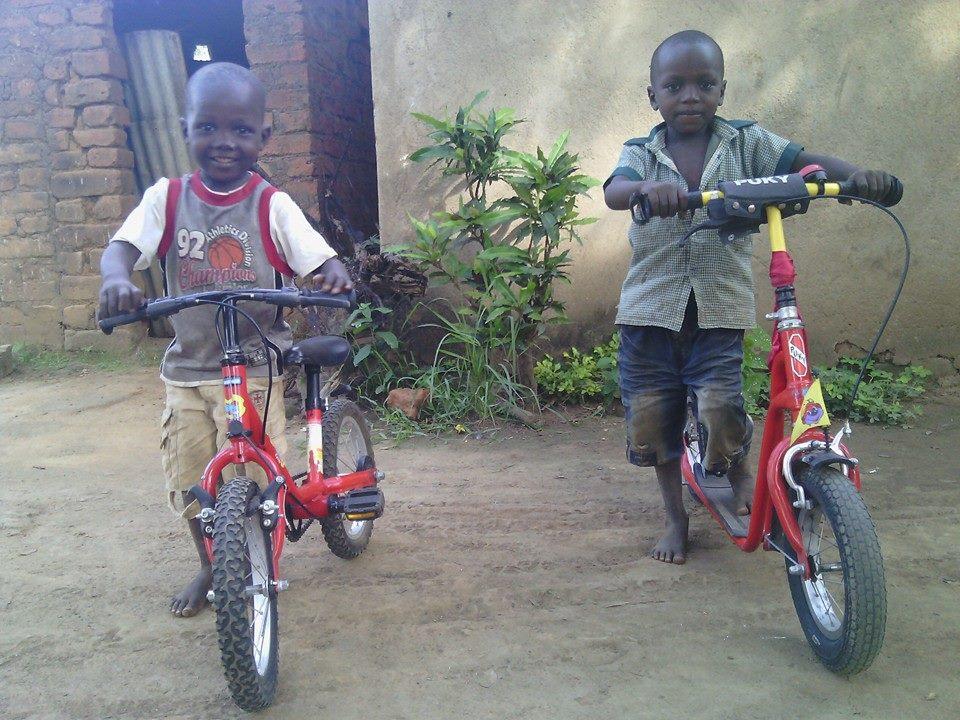 2 Kinder mit ihren neuen Fahrzeugen