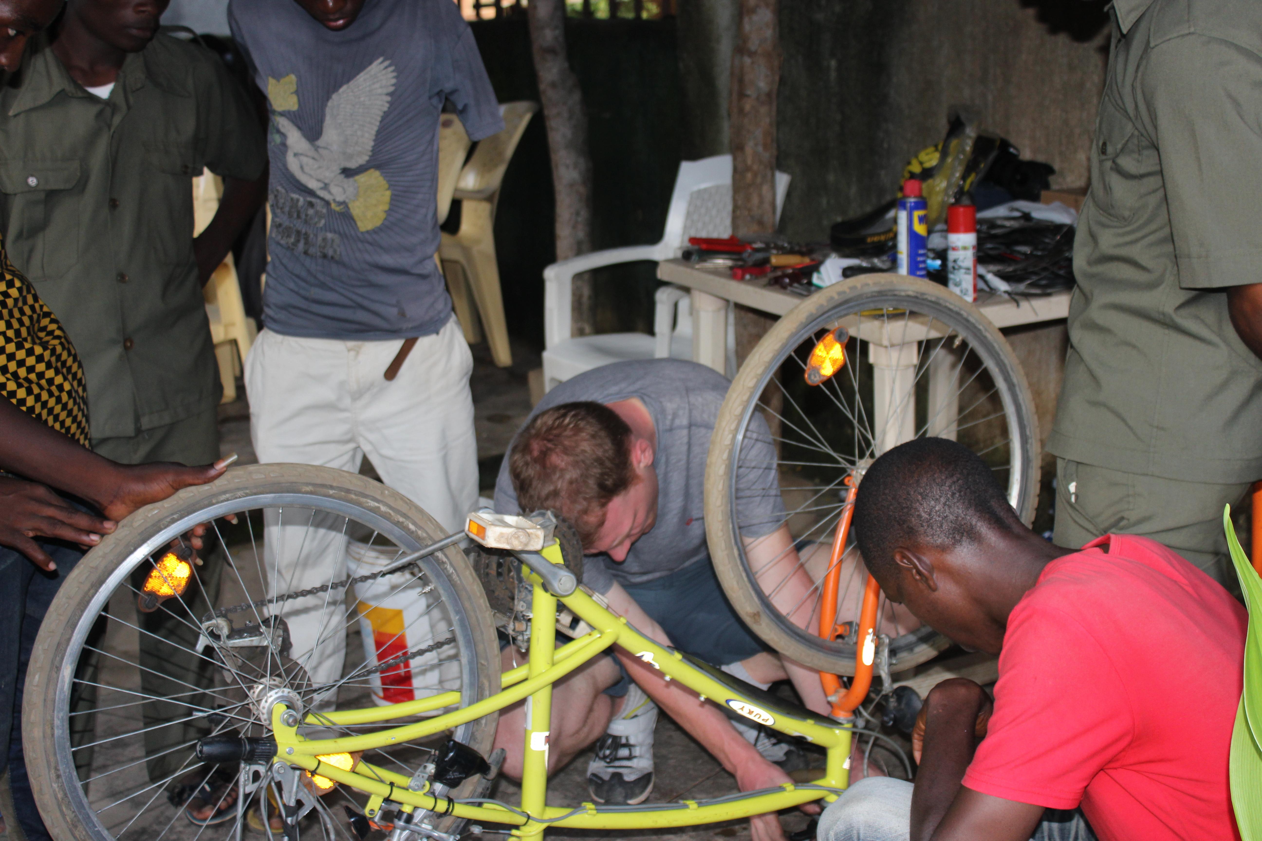 Mathias_beim_Reparieren_von_Rädern_in_Tansania