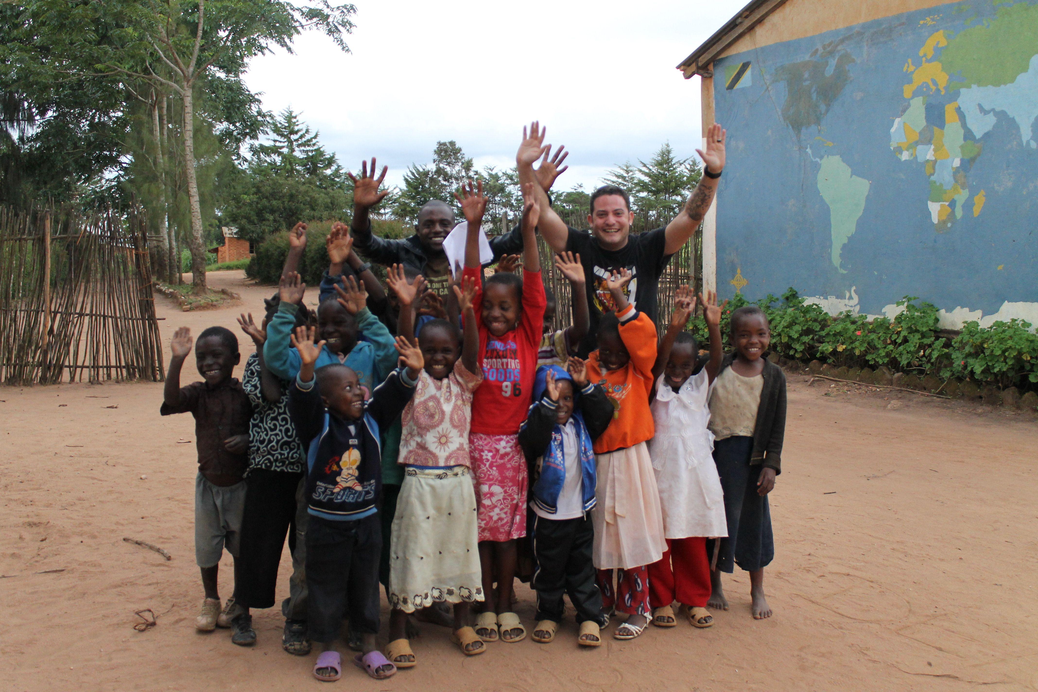 Denis und Schulkinder aus Imalini