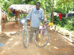 Fundi_Fortunates_freut_sich_über_sein_neues_Fahrrad